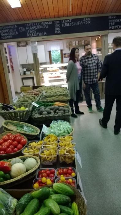 Mikkolan Suoramyyntitila Lopen Maakylässä on minun lähiruokasuosikkini. Anne ja Antti Mikkolan hieno maatila on saanut lähiruokatorin ja kahvilan seuraksi nyt myös Makasiini tilausravintolan.