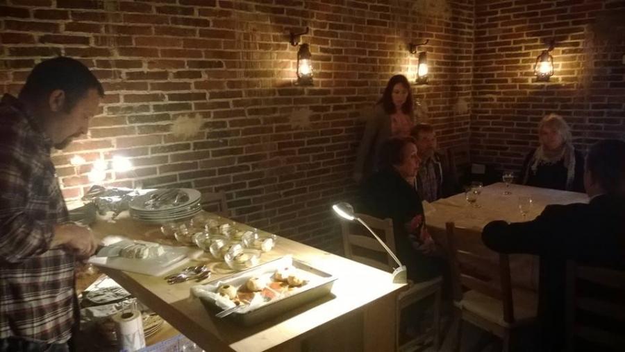 Ja siinä paikanpäällä Maakylän Top Chef Antti loihtii erilaiset herkut Makasiinin pöytiin ja jos aikaa olisi ollut niin olisihan se savusaunakin ollut hieno kokea. Nyt siis vain herkkupöydän kautta missä kaikki hyvää Lopelta.