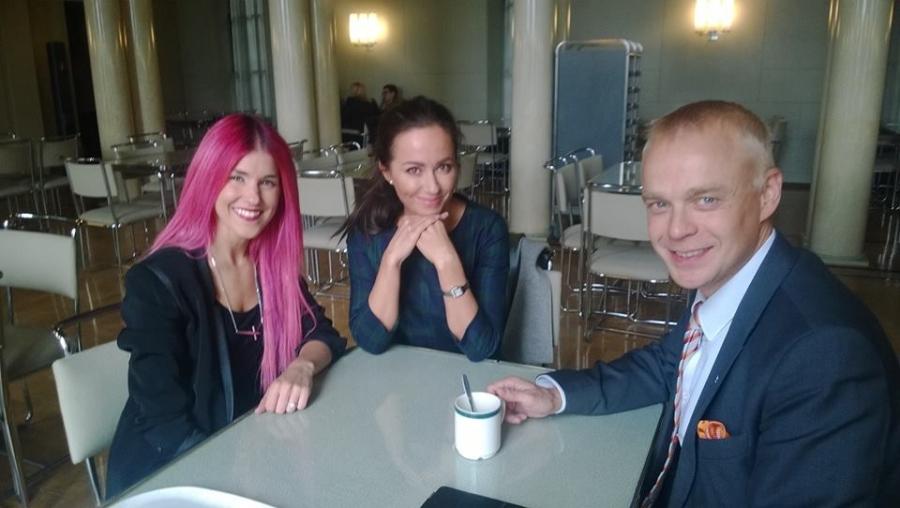 Jannika B alias Jannika Wirtanen kävi tänään vieraanani eduskunnassa. Keskustelun aiheena musiikkialan alv. Laitoin Jaana Pelkoselle myös tekstarin ja Jaana tuli myös tuttuaan moikkaaman.