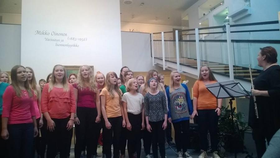 Ja tanssin lisäksi upeaa musiikkia Riihimäen yläkoululaisilta opettajineen ja sitten mahtava kotitalousluokan oppilaiden ryhmän tekemä iltapala. Ja mikä muuten hienointa vain hämäläisiä lähiruokaherkkuja. Ja fiksuja nuoria tarjoilemassa.