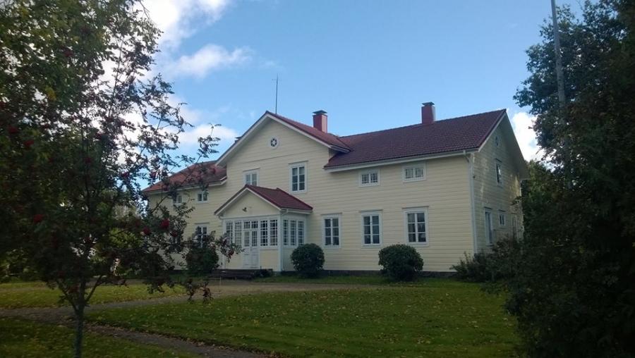 Ja tällaisen upean historiallisen talon pihapiirissä, Launosten Kartanolla, järjestettiin kilpailut ja tilalla myös paljon muuta nähtävää mm. villisikoja, ylämaankarjaa ja paljon muuta. Kannattaa tutustua paikkaan.