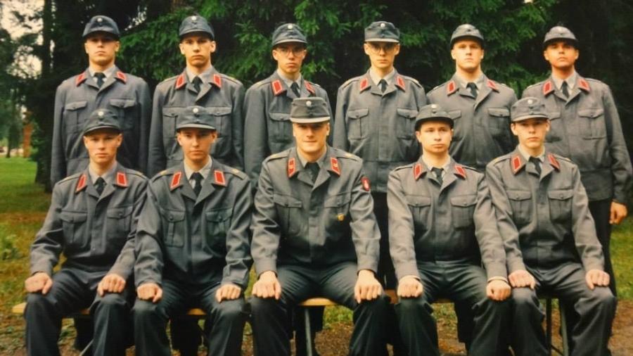 Alokkaana Hyrylän Ilmatorjuntarykmentissä mistä tieni vei sitten Kaartin Pataljoonaan Helsinkiin.