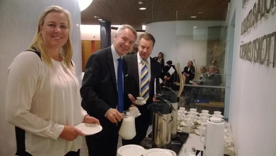 Pekka Haavisto valittiin meidän ulkoasiainvaliokunnan pitkään pöytään. Ja tapamme mukaan uudet jäsenet ja paluumuuttajatkin tarjoavat kakkukahvit. Kiitos Pekka! Pekan kanssa kakkua jakamassa Jutta Urpilainen ja Ilkka Kanerva.