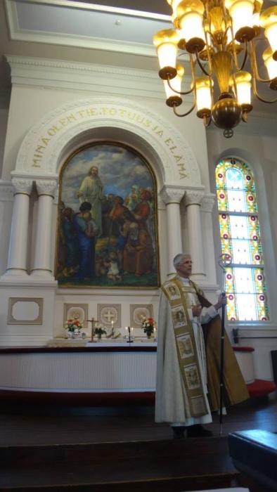 Piispa Matti Repo piti vahvan saarnan tänäänkin. Erinomaista että hän pitää esillä kirkon tiettyjen ryhmien sisällä piiloteltua lasten hyväksikäyttöä. Evankelisluterilainen kirkko ei asiassa olla hiljaa ja toimeton ja tässä työssä piispalle pitää antaa tunnustusta. Muutenkin hän puhui hienolla tavalla lapsista ja erinomainen saarna ja puhe muutenkin.