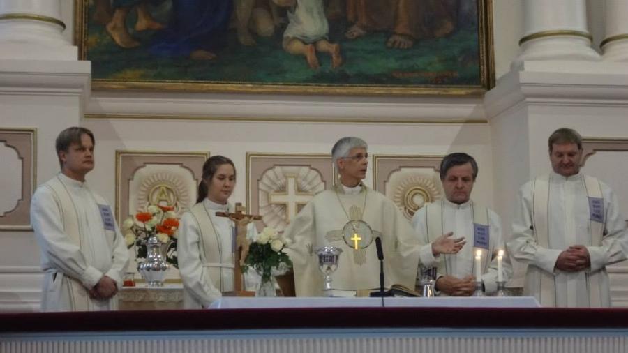 Ja tässä sitten Lopen papit Kirkkoherra Tuomas Hynysen johdolla valmiina jakamaan ehtoollista täydelle kirkolle. Minullekin tänään ainutlaatuinen ehtoollinen kun pieni lapseni ensimmäistä kertaa halusi myös ehtoolliselle.
