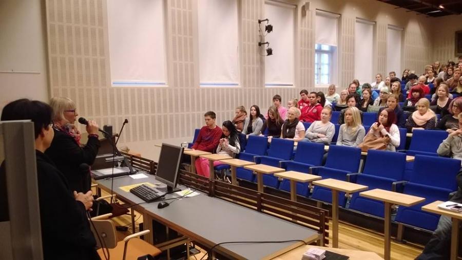 Aino-Kaisa Pekonen kertoo juuri kansalaisaloitteiden eduskuntakäsittelystä. Vieressä Tarja Filatov ja meikä poika kuvan räppäsi :)