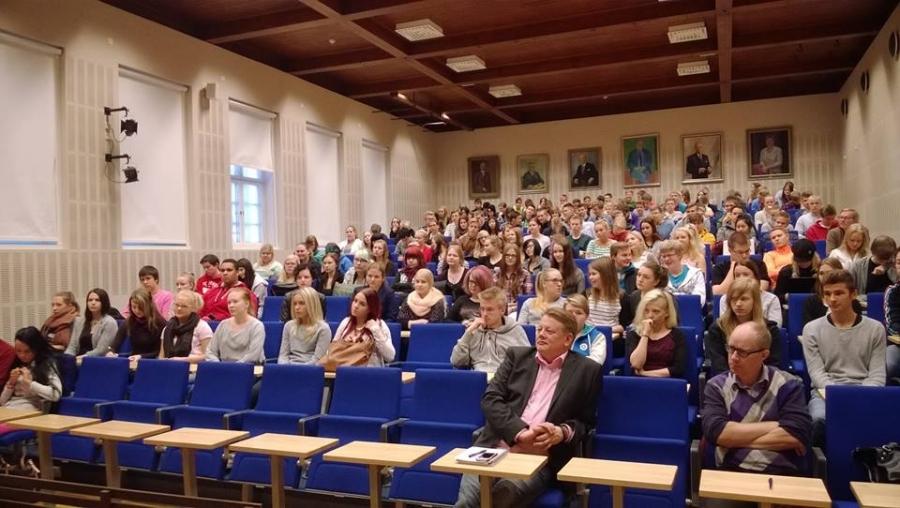 Ja iso auditorio siis minun lukioaikojen liikuntasali oli lähes täynnä Riihimäen Lukion abiturienttejä. Fiksua sakkia ja hyviä kysymyksiä.