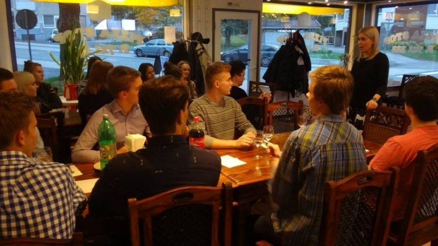Pizzaa ja Politiikkaa nuorten illan tunnelmia. Kuvassa puhumassa Kokoomusnuorten puheenjohtaja Susanna Koski.