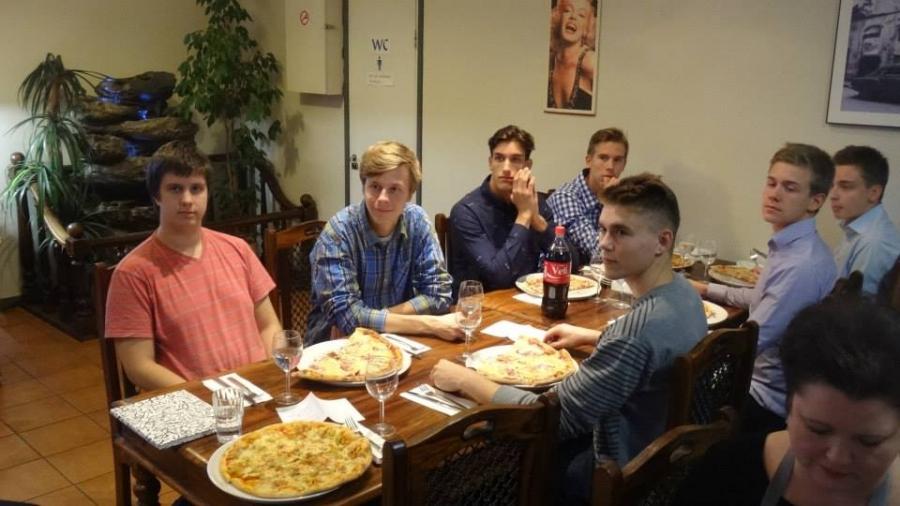 Ja pizzaa oli ja riitti. Jos ei riittänyt normipizza niin sitten tilattiin perhepizza. Kasvavia nuoria miehiä :)