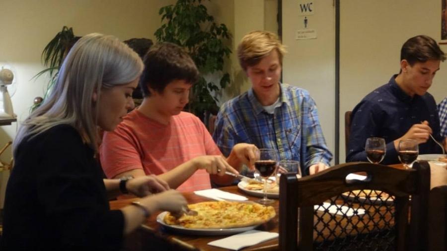 Susanna Koski pizzalla riihimäkeläisten nuorten kanssa. Mainioita juttuja ja kohtaamisia. Tykkäsin.