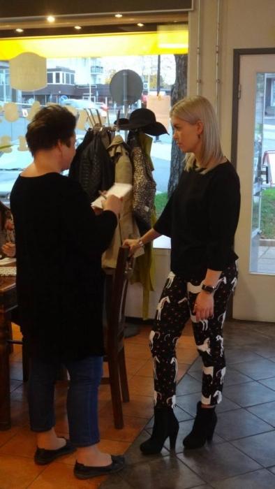 Kokoomusnuorten puheenjohtaja Susanna Koski Aamupostin toimittajan Piia Lyyn haastateltavana.