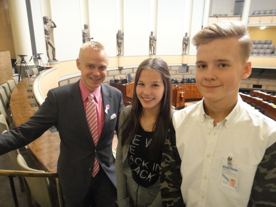 Rasmus Peltomäki ja Petra Partanen päättivät suorittaa peruskoulunsa viimeisen työelämään tutustumisjaksonsa täällä eduskunnassa. Mainiot nuoret ja mukava viikko oli kuulemma ollut. Niin minullakin.