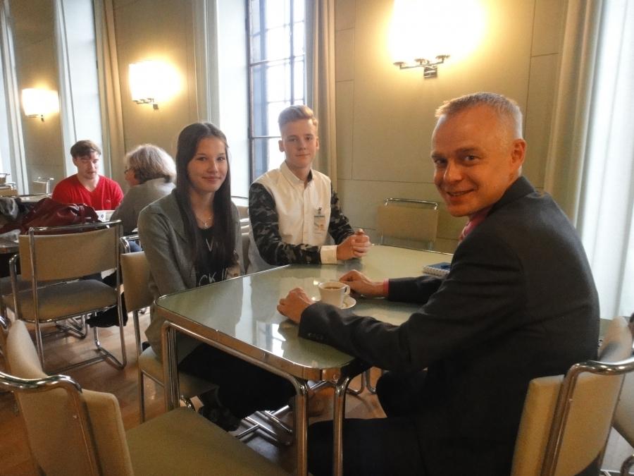 Petran ja Rasmuksen kanssa perjantain kahvilla eduskunnan kuppilassa.