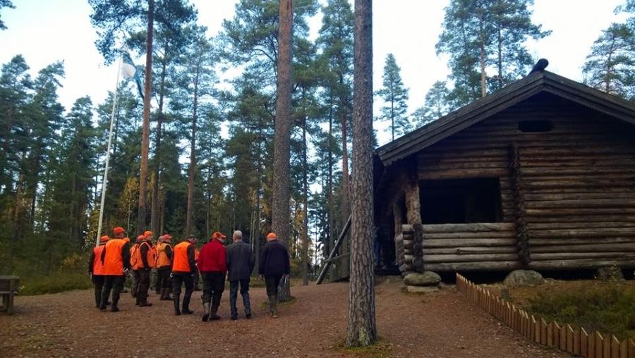 Ja perinteemme siis liittyy vahvasti Lopella sijaitsevaan Suomen Marsalkka Mannerheimin Metsästysmajaan ja myös Vanajanlinnaan. Mannerheimille kumpikin tärkeitä jahtipaikkoja ja tämän perinteen aikaan ideoinkin juuri vaalimaan hänen metsästäjäperintöään.