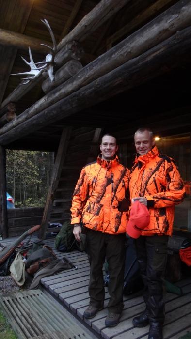 Ja tänäkin vuonna mukana oli ystäväni puolustusministerimme Carl Haglund. Itseasiassa metsästys meidätkin aikanaan ystäviksi teki niin kuin monen muunkin.