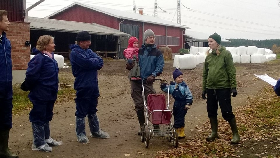 Isäntäpari jo 11. polvessa Aino ja Mikael Wathen esittelemässä hienoa ja modernisoitua Toukolan tilaansa.