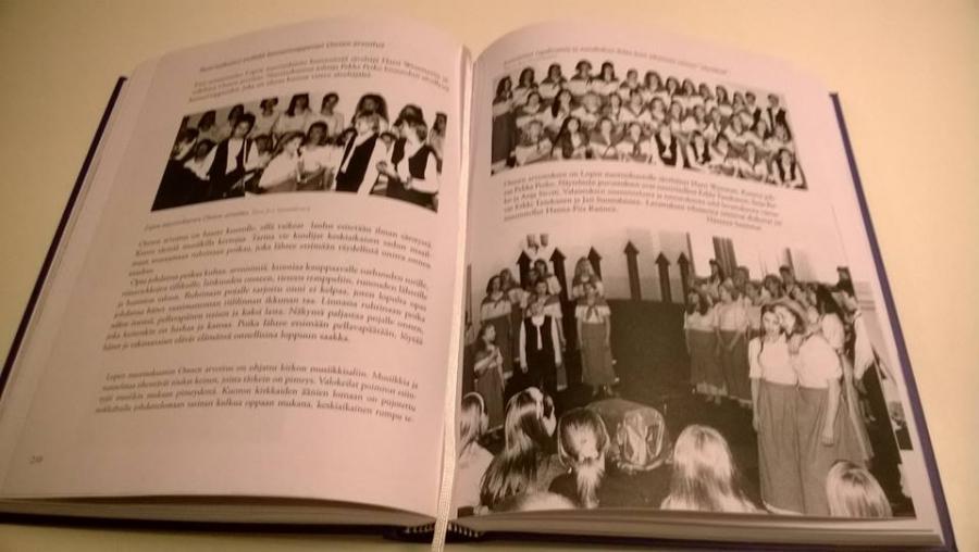 Ja tältä kirja näyttää sisältä. Paljon siis tekstiä ja paljon upeita kuvia kaikilta eri vuosilta ja vuosikymmeniltä. Täydellinen historiakirja 40-kuorovuodelta.