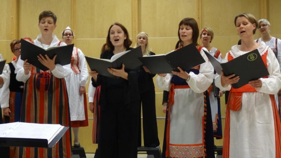 Tässä huikea nelikko Marimella Röökin johdolla laulamassa sooloja Ave Maris Stellaan.