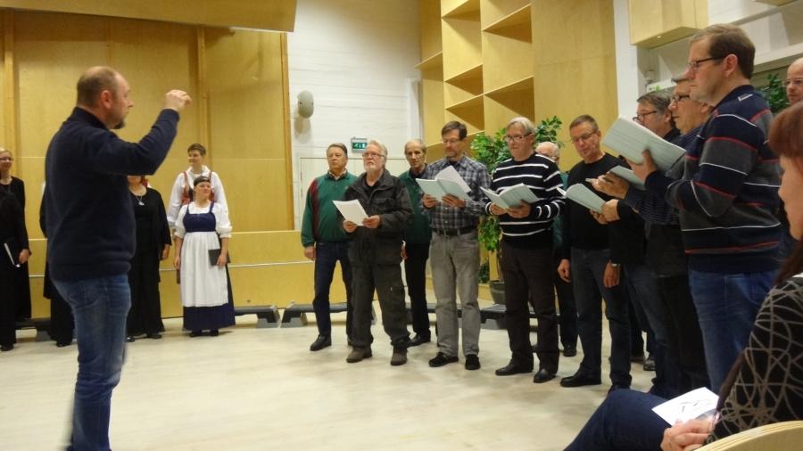 Ja tässä sitten takapenkistä estradille yllättäen hypänneet Lopen Mieslaulajat Petri Lindbergin johdolla ja jäähyväislaulu naisille. Onneksi vain kisamatkaa varten.
