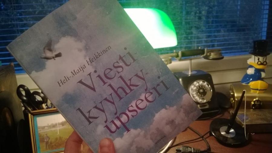 Yli 200-sivuinen Minervan kustantama Viestikyyhkyupseeri tuli ahmituksi hetkessä. Kirja ja sen upea ja moniulotteiden tarina vei vain mukanaan.