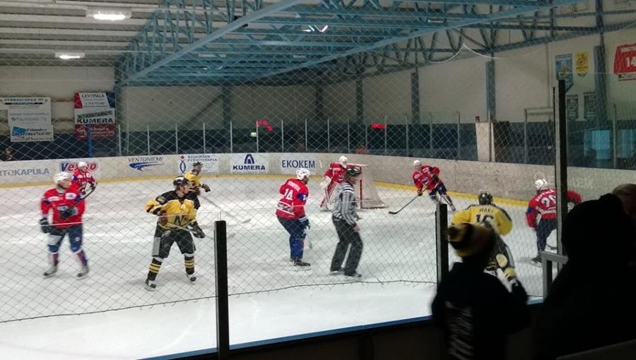 Ja tässä sitten päivän päämatsi Nikkarit ja Hyvinkää vastakkain 2-divisioonan ottelussaan. Ja halli täynnä viimeistä paikkaa myöten. Taisi lopulta 500 katsojan raja mennä rikki.