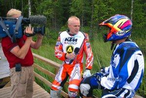 Haastattelemassa motocrossin nelinkertaista maailmanmestaria Heikki Mikkolaa endurosafarin tauolla. Minä keskellä :)