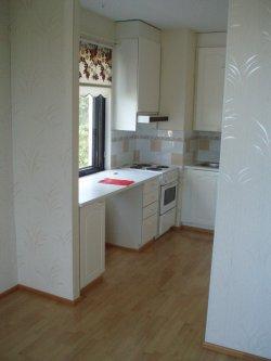 Uuden kotimme keittiö ennen purkua. Nyt purkuhommat käynnissä ja sitten uusi lattia ja uudet keittiökalusteet. Katsotaan millainen tulee :)