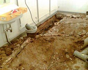 Tässä esimerkkinä yksi säälittävin näkymä. Koulukeskuksen syksyllä 2005 valmistuneen remontin jälkeen Wc-tilan lattia revitty auki. Likavedet menneet suoraan maahan. Paikka edelleen korjaamatta. Kuva viime kevät talvelta.