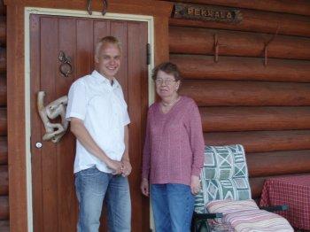 Pekkalan entinen emäntä Eija eli rakkaan Pekka-enoni avovaimo kanssani mökillä elokuussa 2006. Tyytyväinen oli Eija näkemäänsä ja kokemaansa.