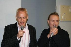 Seppälän tupaantulaisissa piti yksi karaokeakin laulaa. Jarnon kanssa vedimme tutun ja turvallisen Hilman ja Onnin. Kuva: Aimo Alho.