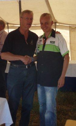 Lauantaina VIP-tilaisuudessa oli paikalla myös rallin ensimmäinen suomalainen maailmanmestari Ari Vatanen. Erikoiskokeen jälkeen Ari tuli kiittelemään selostustani. Tuollaiselta tasolta ja ammattilaiselta tulevat sanat aina lämmittävät.