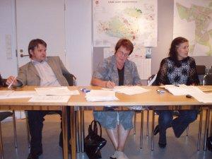 Kunnanhallituksen kokoomusryhmä maanantain 28.8.2006 kokouksessa. Oikealla Eeva Pyhälammi, Riitta Nylund ja Antti Rusi.