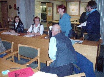 Kokoomuslainen valtuustoryhmän väkeä maanantain 9.10.2006 valtuuston kokouksen jälkeen.