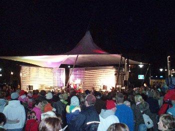 Eilen illalla vietettiin Riihimäen Graniitin aukion ohjelmallista avajaisiltaa. Tilaisuudessa esiintyi mm. tykiryhmässämmekin vaikuttava Anita Hirvonen ja joukko muita riihimäkeläisiä taiteilijoita teki illasta upean. Väkeä oli ja tunnelma oli hyvä.