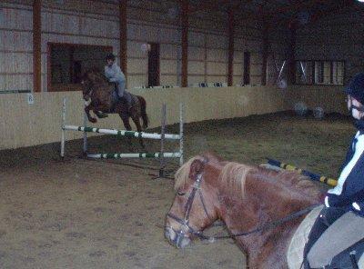 Vaahteramäen Ratsutalli Hrip ja Saija! Upea hyppy. Tämä este tuotti meille muutaman kerran todellakin tuskaa. On ratsastajia, jotka ovat pudon..