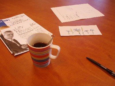 Kahvitellaan.... Uusi kampanjamme uniikkikahvikuppi teiteilja Elina Pirisen käsialalla tulee markkinoille muutaman viikon päästä. Valkoinen kuppi ja Ruiskaunokkia ja Timoteitä. Kaunis, sanon minä. Tämä kuva eiliseltä päivältä suunnittelupalaverista FAIS:sta.