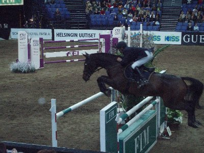 Niklas Aromaa Helsinki International HorseShowssa 2006. Niklas vastasi perjantain avajaisillan parhaasta suomalaistuloksesta.