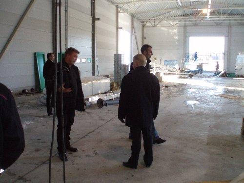Rakennusliike Laukkanen & Lampola Nordia House vuokrasi koko Lopen uuden yritystalon. Lisäksi tontille rakennetaan nyt 320m2 kylmävarastohalli. Elinkeinolautakunnan puheenjohtaja Harri Nurmo yrityksen edustajien kanssa tutustumassa halliin. Toiminta alkaa vielä tämän vuoden puolella.