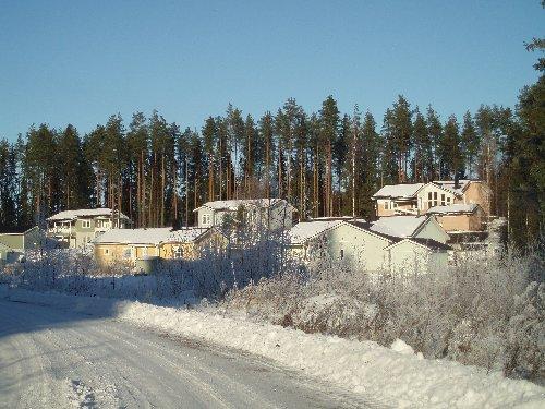 Uusia taloja valmistuu Lopelle kovalla tahdilla ja väkiluku on kasvanut viime vuosina hurjaa tahtia. Tänä vuonna alustavat luvut eivät aiempien vuosien kasvua näytä, mutta katsotaan nyt vuosi loppuun. Joka tapauksessa kasvu vaatii investointeja ja seuraavaksi olemme suunnittelemassa uutta päiväkotia Launosiin vuonna 2007 ja rakennustyöt pääsivät käyntiin 2008. Tämä kuva Lopen Mikonkaaren alueelta.