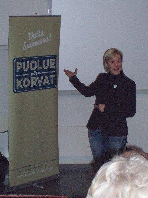 Taru Tujunen puhumassa Riihimäellä eduskuntavaaleista. Korvat höröllään kuuntelimme ja olen vakuuttunut, että tämän Naisen johdolla pääsemme hyvään lopputulokseen. Energiaa.