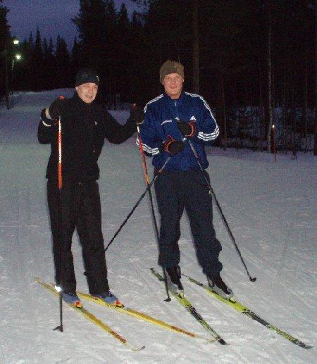 Tarkkalan Markon kanssa hiihtolenkin maalissa. Upeat maisevat ja hyvät hiihtomaastot. Huomatkaa hiihtäjien ilme-erot reissun jälkeen. Hymy ja irvistys. Niinpä.