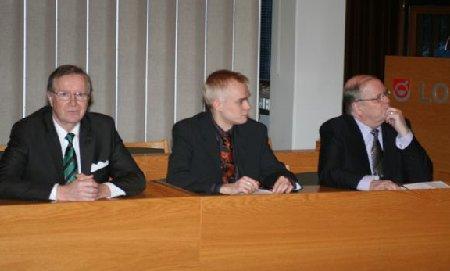 Kuntaministeri Hannes Mannisen (oik.) ja kunnanhallituksen puheenjohtajamme Matti Ahtiaisen kanssa Lopen valtuustosalissa keskustelemassa ja kuulemassa kunta- ja palvelurakennehankkeesta.