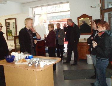 Vaalitoimistomme avajaiset Riihimäellä veti hyvin väkeä. Kahvia ja pullaa riitti ja asenteemme mukaan emme pitäneet puheita vaan olimme kuulolla korvat höröllään ja keskustelimme. Kiitos kaikille poikenneille ja tervetuloa uudelleen!