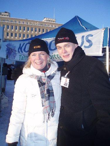 Hämeenlinnalainen ehdokkaamme Sari Rautio emännöi tänään telttaamme Hämeenlinnan torin kuukausimarkkinoilla. Paukkupakkasessa hieman aurinkokin kurkisti. Mutta naamat olivat kovilla. Hymy jäätynyt kasvoille :)