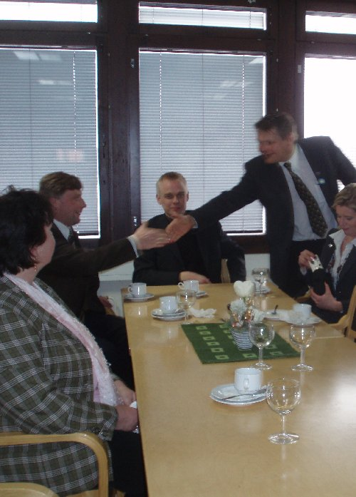 Meitä kokoomusehdokkaita Hämeen Sanomien kutsutilaisuudessa. Kättelemässä Jarmo Pynnönen Jari Koskista ja oikealla Sari Rautio ja vasemmmalla Irmeli Elo.