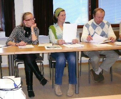 Lopen kokoomuksen kunnanhallituksen edustajat. Luonnollisesti aloitamme oikealta vaikka siellä istuukin mies eli Kari Maunula, Minna Varis ja Saija Grönholm.