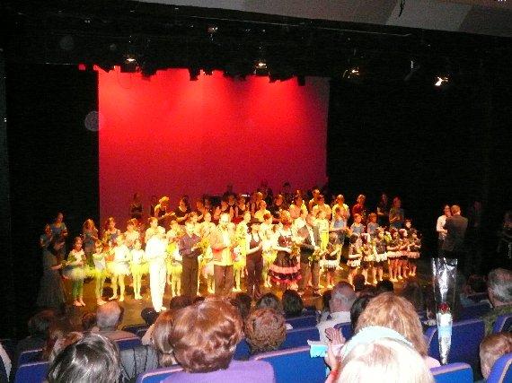Etelä-Hämeen Tanssiopiston Agentti Q -tanssinäytelmä toi lavalle monta kymmentä eri-ikäistä tanssin harrastajaa. Oli kiva nähdä musiikkiryhmässä entisiä oppilaita ja myös tanssimassa entisiä oppilaita. Heitä aina ilo nähdä ja muistella.