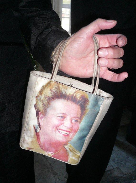Tällainenkin laukku bongattiin tänään eduskunnassa. Laukku omalla kuvalla syöpätyön hyväksi.