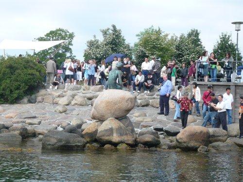 Tanskan matkalla tutustuimme Kööpenhaminan uudis- ja saneerausrakentamiseen kanava-alueella. Samalla matkalla pysähdyimme hetkeksi myös Pienen Merenneidon -patsaalla.