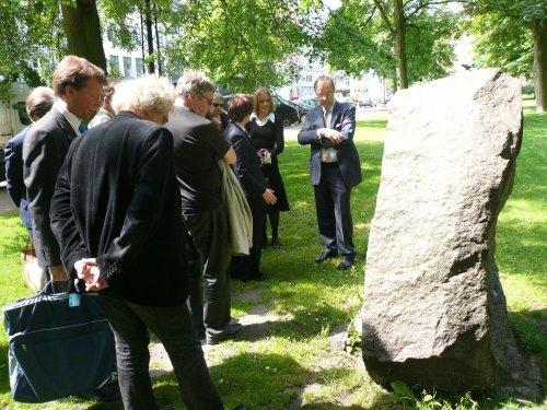 Ryhmäämme katsomassa Tanskan Suomen suurlähettilään kanssa Suomen sotalasten muistomerkkiä Kööpenhaminassa.